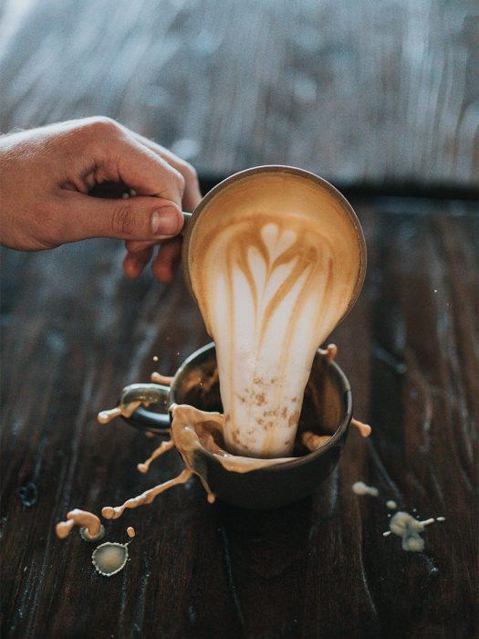 Exceso de café en una taza